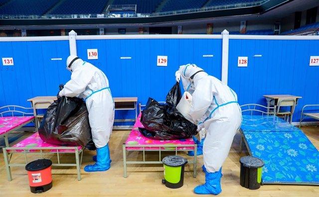 Trabajadores sanitarios con trajes protectores en Wuhan