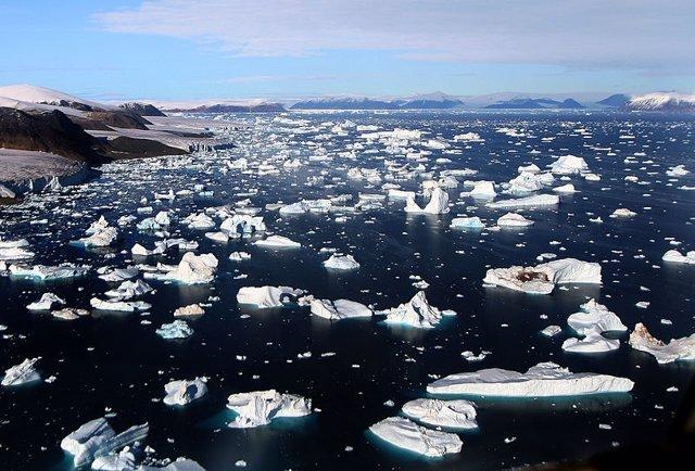 Icebergs Desprendiéndose De Glaciares En Cape York, Groenlandia.