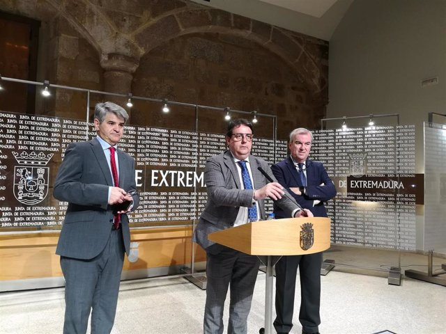 El consejero de Sanidad de Extremadura, José María Vergeles, en rueda de prensa