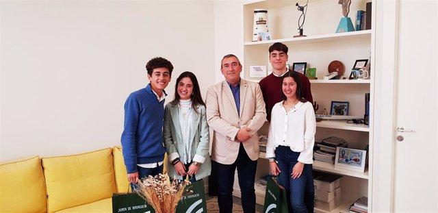 El delegado territorial de Educación, Deporte, Igualdad, Políticas Sociales y Conciliación en Cádiz, Miguel Andréu Estaún, junto al equipo ganador del IES Fuerte de Cortadura