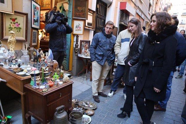 Almeida, Levy y Díaz Ayuso en el Rastro de Madrid