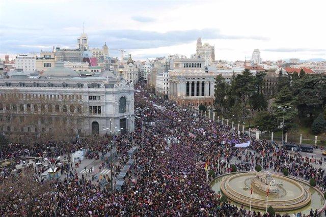 Manifestación del 8M (Día Internacional de la Mujer) en su paso por la Plaza de Cibeles, en Madrid a 8 de marzo de 2020.