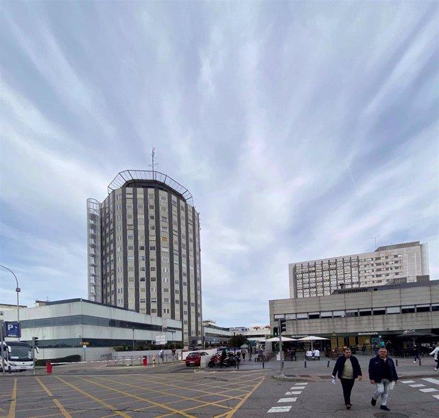 """Fachada y zonas exteriores del Hospital de la Paz de Madrid donde se ha habilitado un espacio para atender """"en mejores condiciones"""" a pacientes sospechosos de coronavirus, en Madrid (España), a 12 de marzo de 2020."""