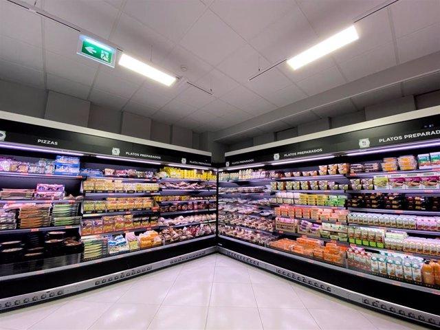 Neveras con platos preparados en un supermercado
