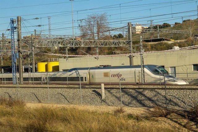 Un tren de AVE de Renfe en las vías exteriores de la Estación de Atocha, en Madrid (España), a 6 de febrero de 2020.