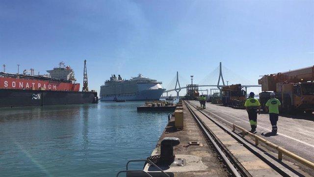 Imagen de archivo de un crucero entrando en Navantia Cádiz para reparar