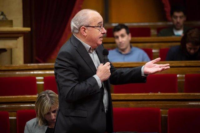 El conseller Josep Bargalló durant el ple del Parlament.