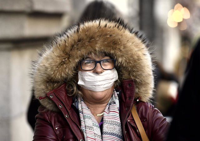 Una dona amb mascareta en una imatge d'arxiu.