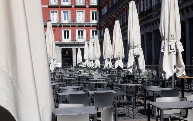 Terraza vacía en la Plaza Mayor de Madrid un día antes de que se cierre toda la hostelería para frenar contagios por coronavirus, en Madrid (España) a 13 de marzo de 2020.
