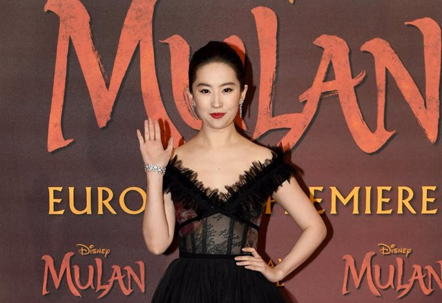Yifei Liu en la premiere europea de Mulan