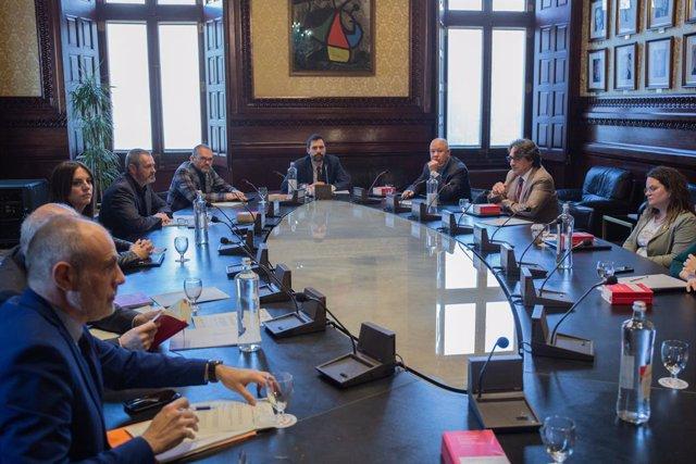 El president del Parlament català, Roger Torrent (centre), durant la reunió de l'Mesa  del Parlament a Barcelona per tractar la crisi del coronavirus i valorar si s'ajornarà el ple de la setmana que ve en el qual està previst celebrar el debat
