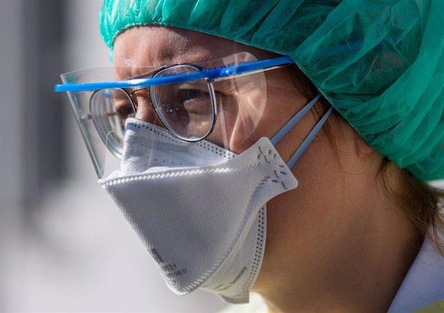 Un trabajador sanitario en el Hospital Universitario de Dresde