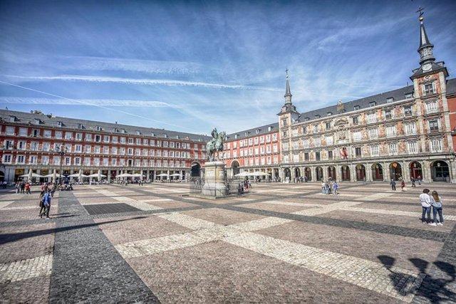 Plaza Mayor de Madrid casi vacía, sin apenas visitantes, el mismo día que el Gobierno ha decretado el estado de alarma en España a consecuencia del coronavirus, en Madrid (España), a 13 de marzo de 2020.