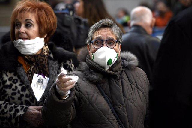Mujeres con mascarilla para evitar el contagio del coronavirus.