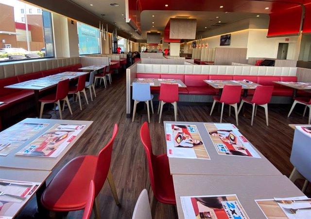 Interior de uno de los restaurantes de la cadena Vips donde se aprecian diferentes sillas, mesas y manteles identificativos de la empresa, en Madrid (España) a 21 de febrero de 2020.