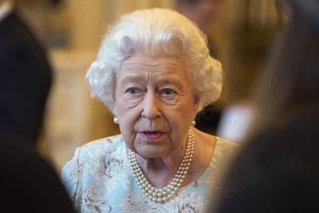 Coronavirus.- La reina Isabel II suspende sus visitas a Cheshire y Camden como m