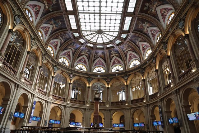Interior del edificio de la Bolsa de Madrid en la jornada del día 28 de febrero.