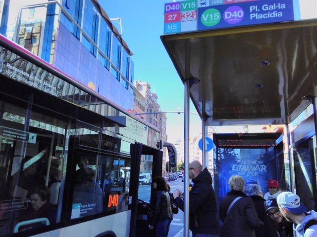 Un autobús de la nova línia D40 en Gal·la Placídia. Bus, tmb, parada