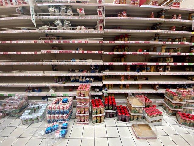 Prestatgeries amb absència de productes en un supermercat pocs minuts després de la declaració de l'Estat d'Alarma que ha fet el president del Govern, Pedro Sánchez, davant l'avanç del coronavirus, a Madrid (Espanya), a 13 de març de 2020.