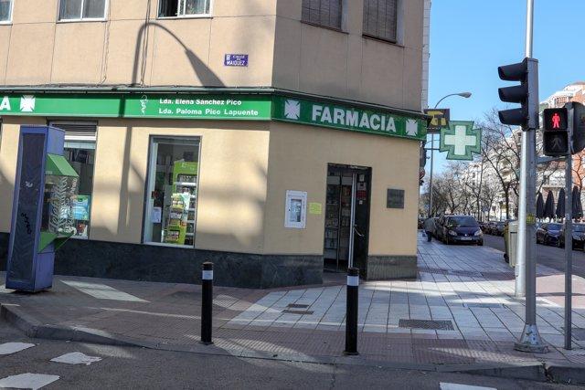 Farmacia ubicada en una calle totalmente vacía de Madrid tras el anuncio del Estado de Alarma realizado por el presidente del Gobierno, Pedro Sánchez.