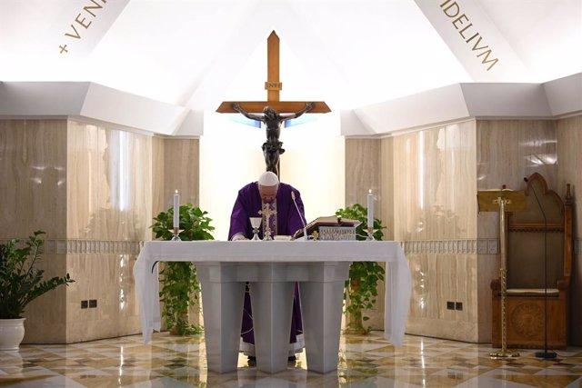 Coronavirus.- El Papa reza para que las familias no pierdan la paz ante el confi