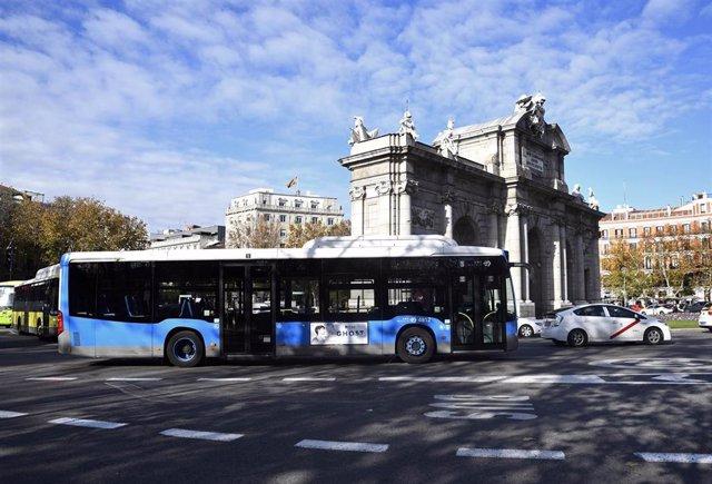 Imagen de recurso de un autobús de la Empresa Municipal de Transportes (EMT) a su paso por la Puerta de Alcalá.