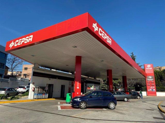 Gasolinera Cepsa desde el exterior, donde pueden verse algunos vehículos repostando combustible, en Madrid a 9 de enero de 2020