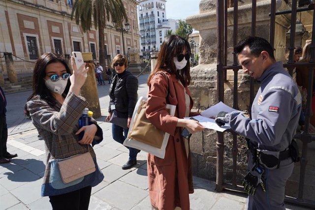 Turistas en las puertas del El Alcázar de Sevilla, cerrado de forma indefinida por el coronavirus