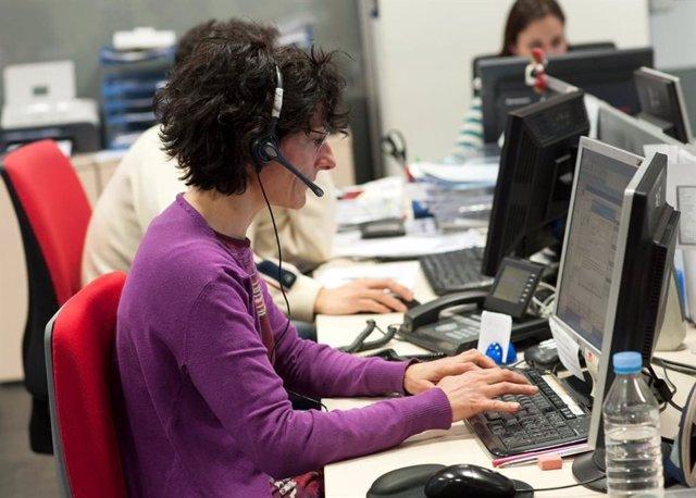 Una teleoperadora del Servei Local de Teleassistència de la Diputació de Barcelona
