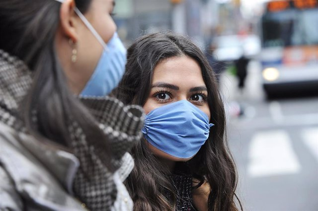 Imagen de una mujer con mascarilla por el coronavirus.