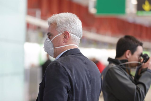 Imagen de un pasajero con mascarilla en el aeropuerto Adolfo Suarez-Madrid Barajas.
