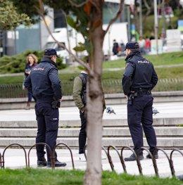 Dos policías identifican a una persona en una foto de archivo