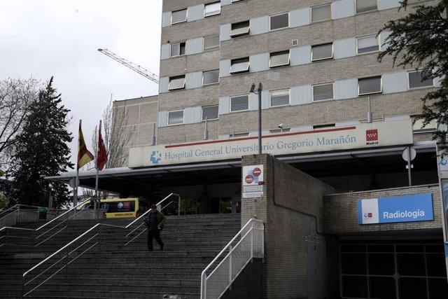 Un hombre sale del Hospital General Universitario Gregorio Marañón donde una mujer de 99 años infectada por el Coronavirus ha fallecido, tercera muerte confirmada por el virus Covid-19 en España, en Madrid a 05 de marzo de 2020.