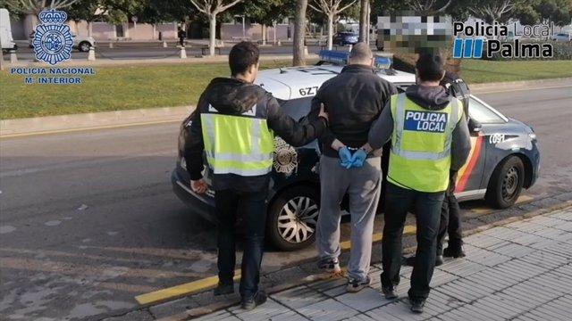 Detención de un hombre como presunto autor de un delito contra la salud pública