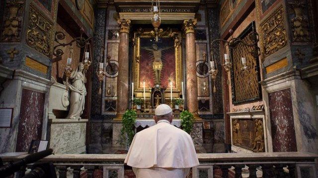 Coronavirus.- El Papa sale del Vaticano para rezar ante la Virgen de la Salud y