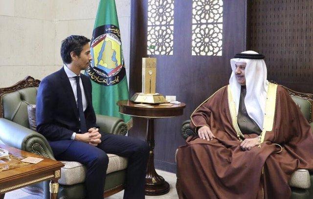 El nuevo ministro de Asuntos de Exteriores de Bahréin, Abdullatif al Zayani (d) cuando era secretario general del Consejo de Cooperación para los Estados Árabes del Golfo (CCEAG).