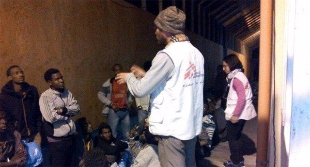 Personal de Médicos Sin Fronteras atiende a inmigrantes y refugiados en el centro de recepcion de Pozzallo, en la isla italiana de Sicilia