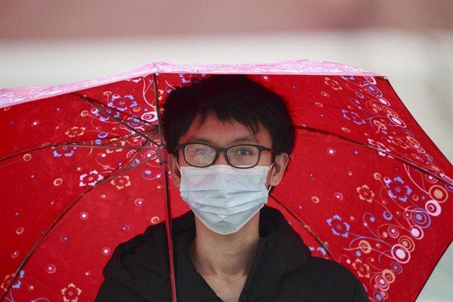Un transeúnte con mascarilla por el coronavirus.