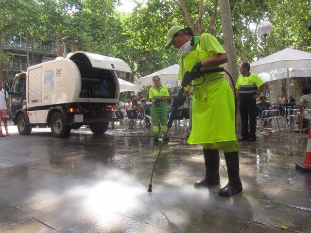 Neteja de carrer de xiclets i taques a Barcelona, en una imatge d'arxiu
