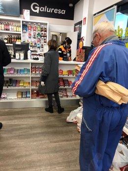 Venta en supermercado de una gasolinera en Santiago de Compostela. Uso de guantes obligatorio. Los empleados llevan mascarilla. Confinamiento por la crisis del coronavirus Covid-19 en Galicia