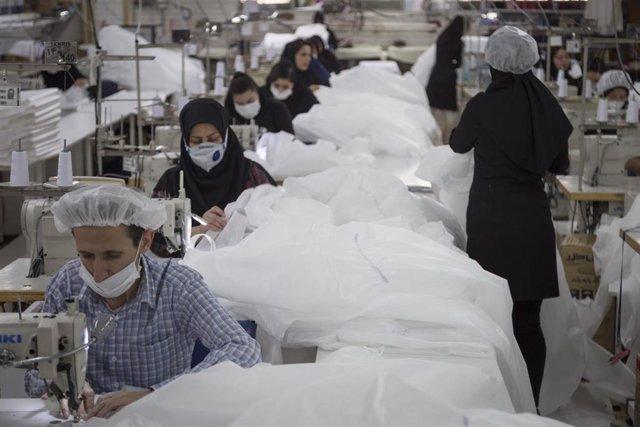 Taller de costura para la fabricación de ropa para el personal sanitario frente al coronavirus en Teherán