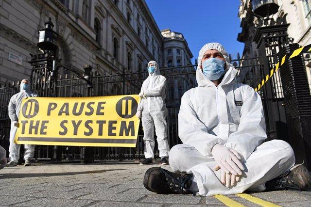 Coronavirus.- Boris Johnson desoye las críticas con un arriesgado plan frente al