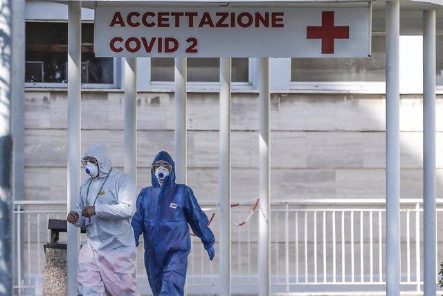Personal sanitario frente a un hospital en Roma