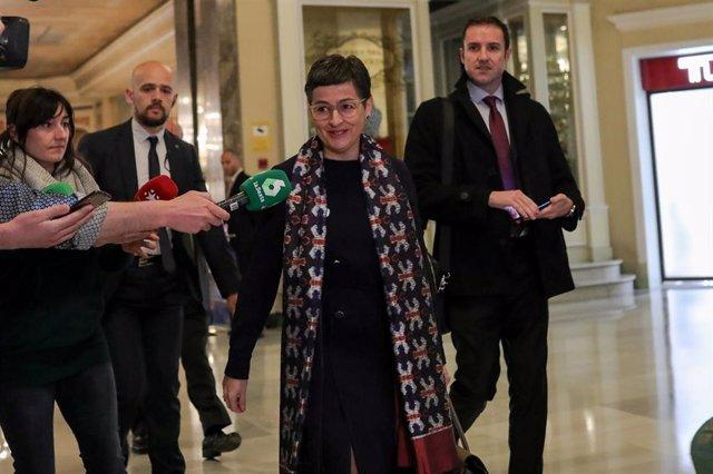 La ministra de Asuntos Exteriores, UE y Cooperación, Arancha González Laya, responde a los medios a su llegada al desayuno informativo organizado por Nueva Economía Forum en el Hotel Westin Palace, Madrid (España), a 9 de marzo de 2020.