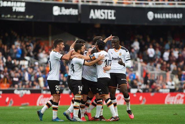 """Fútbol.- El Valencia confirma """"nuevos casos positivos"""" de coronavirus en su plan"""