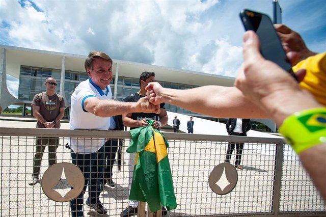 El presidente de Brasil, Jair Bolsonaro, saluda a manifestantes en Brasilia