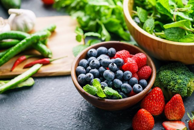 Vegetales saludables, fresas, brócoli, judías, arándanos, verdura, fruta, ajos.