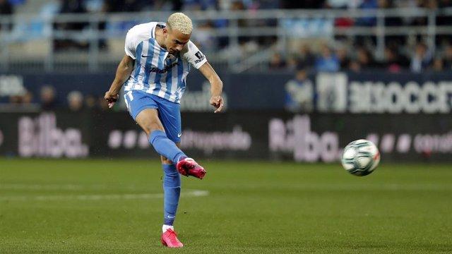 Fútbol.- Hicham Boussefiane renueva con el Málaga hasta 2022