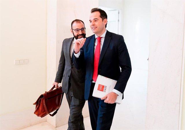 El vicepresidente de la Comunidad de Madrid, Ignacio Aguado, con el consejero de Economía, Manuel Giménez.