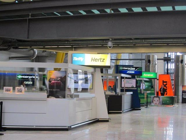 Mostradores de empresas de alquiler de coches en el aeropuerto de Barajas